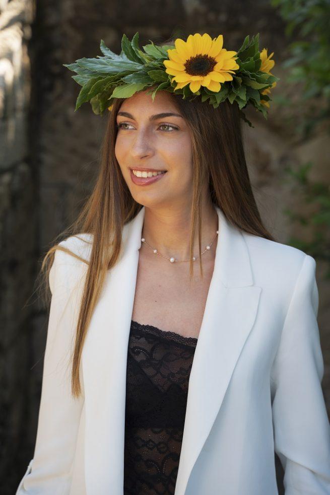 Corona d'alloro con girasoli indossata da una ragazza